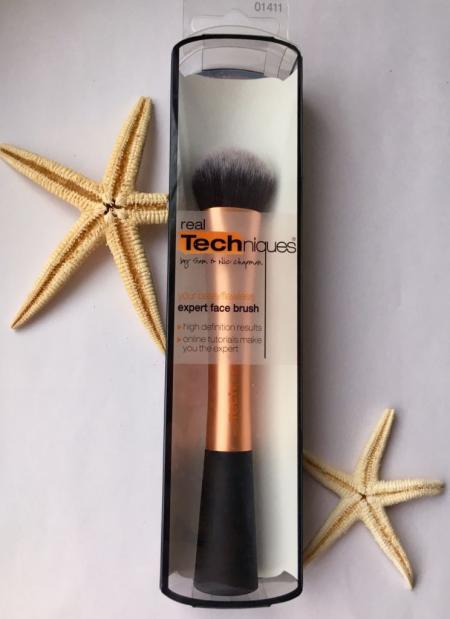 Кисть для нанесения тональной основы Expert Face Brush от Real Techniques